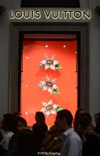 vogue fashio night out,louise vuitton,sfilate,italy,milan,style,camera della moda milano,versace,montenapoleone